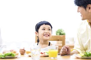 家族の朝食の時間の写真素材 [FYI04760730]