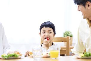 家族の朝食の時間の写真素材 [FYI04760731]