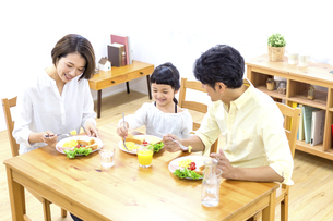 家族の朝食の時間の写真素材 [FYI04760735]