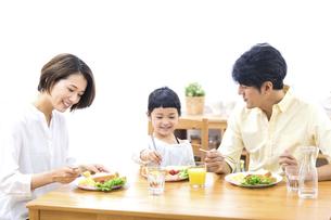 家族の朝食の時間の写真素材 [FYI04760738]