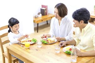 家族の朝食の時間の写真素材 [FYI04760739]