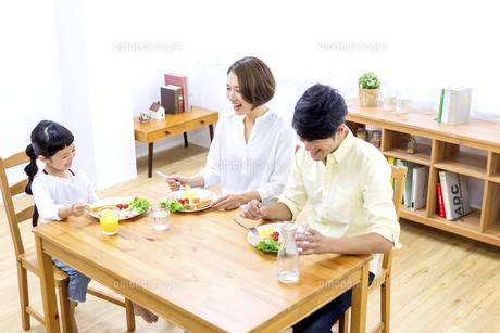 家族の朝食の時間の写真素材 [FYI04760741]
