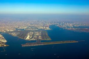 上空から羽田空港を一望の写真素材 [FYI04760890]