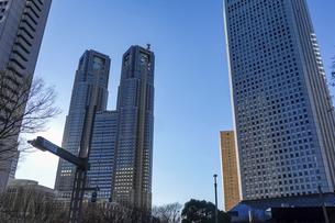 青空に映える都庁を中心に西新宿高層ビル街の写真素材 [FYI04760913]