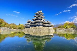 紅葉の松本城の写真素材 [FYI04760926]