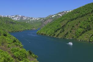 奥只見湖と遊覧船の写真素材 [FYI04760948]
