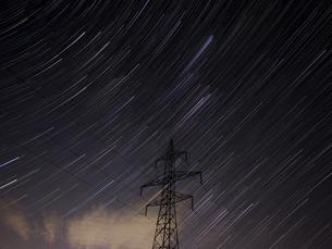 星の軌跡と鉄塔の写真素材 [FYI04761301]