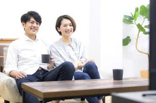 テレビを見る夫婦の写真素材 [FYI04761575]
