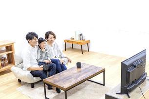 テレビを見る家族の写真素材 [FYI04761577]