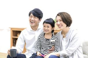 テレビを見る家族の写真素材 [FYI04761580]
