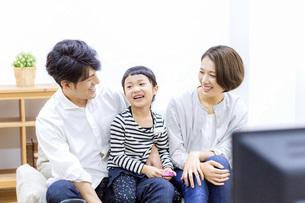 テレビを見る家族の写真素材 [FYI04761585]