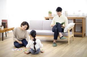 家族団らんの様子の写真素材 [FYI04761589]