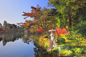 秋の金沢兼六園 ことじ灯籠と霞ヶ池に内橋亭の写真素材 [FYI04761597]