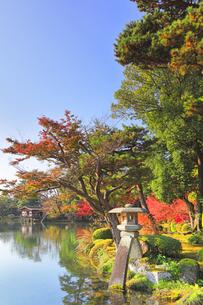 秋の金沢兼六園 ことじ灯籠と霞ヶ池に内橋亭の写真素材 [FYI04761599]