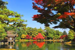 秋の金沢兼六園 霞ヶ池に内橋亭と紅葉の写真素材 [FYI04761600]