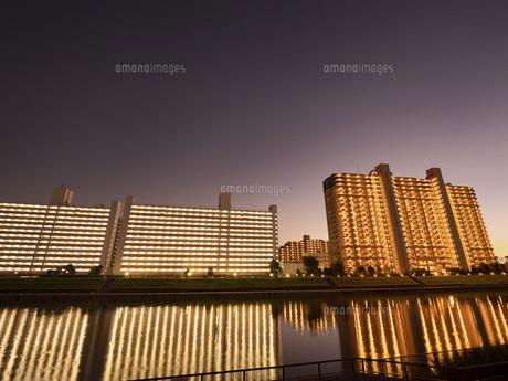 夕暮れの大型マンションの写真素材 [FYI04761627]