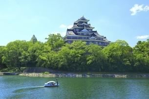 岡山城と旭川にスワンボートの写真素材 [FYI04761956]