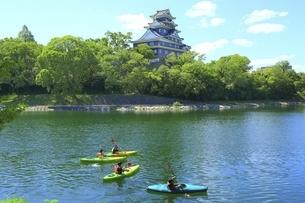 岡山城と旭川にカヌーの写真素材 [FYI04761961]