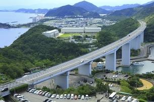 神戸淡路鳴門自動車道と大塚国際美術館の写真素材 [FYI04762018]