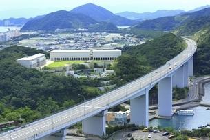 神戸淡路鳴門自動車道と大塚国際美術館の写真素材 [FYI04762020]