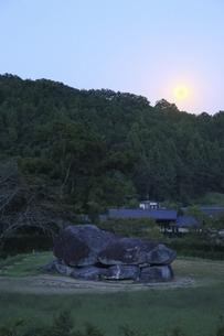 石舞台古墳と中秋の名月の写真素材 [FYI04762049]