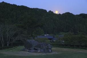 石舞台古墳と中秋の名月の写真素材 [FYI04762050]