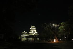 灯篭と松本城の写真素材 [FYI04762075]