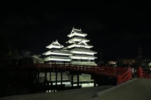 夜の松本城の写真素材 [FYI04762076]