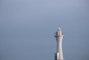水色の空の下にそびえ立つ白い灯台の写真素材 [FYI04762234]