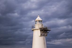 曇天の下にそびえ立つ白い灯台の写真素材 [FYI04762236]