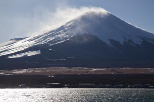 雪煙上げる富士山の写真素材 [FYI04762596]