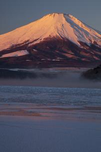 結氷の山中湖と紅富士の写真素材 [FYI04762627]