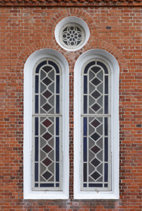 黒島天主堂の窓とレンガの写真素材 [FYI04762728]