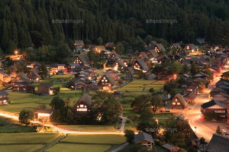 秋の白川郷の夕暮れの写真素材 [FYI04762897]