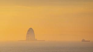 早朝の羽田空港 滑走路から朝焼けの東京湾風の塔(川崎人工島)の写真素材 [FYI04762926]