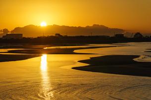 干潟で迎える日の出の写真素材 [FYI04763064]