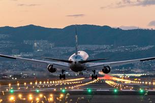 伊丹空港の着陸風景の写真素材 [FYI04763066]