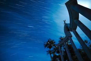 伊良部島で撮る星の軌跡の写真素材 [FYI04763116]