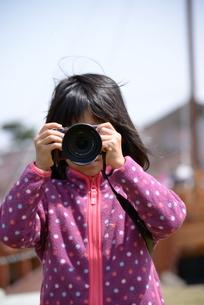 写真を撮る女の子の写真素材 [FYI04763353]