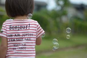シャボン玉で遊ぶ子供の写真素材 [FYI04763458]