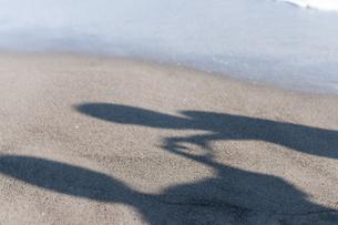 砂浜に映るカップルの影の写真素材 [FYI04763674]
