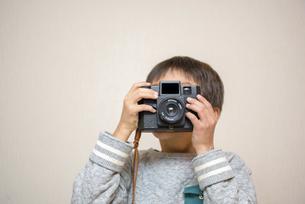 写真を撮る男の子の写真素材 [FYI04763793]