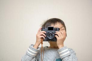 写真を撮る男の子の写真素材 [FYI04763795]