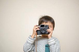 写真を撮る男の子の写真素材 [FYI04763796]