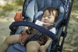 ベビーカーに乗るかわいい日本人の赤ちゃんの写真素材 [FYI04764128]
