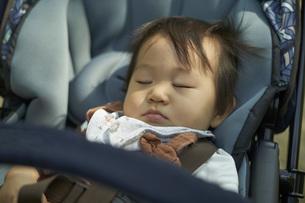 ベビーカーに乗るかわいい日本人の赤ちゃんの写真素材 [FYI04764129]