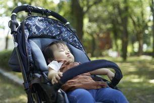 ベビーカーに乗るかわいい日本人の赤ちゃんの写真素材 [FYI04764132]