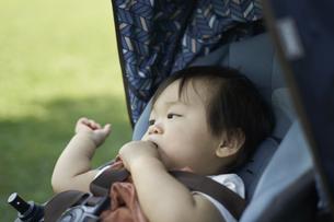 ベビーカーに乗るかわいい日本人の赤ちゃんの写真素材 [FYI04764133]