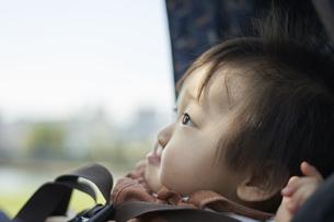 ベビーカーに乗るかわいい日本人の赤ちゃんの写真素材 [FYI04764134]