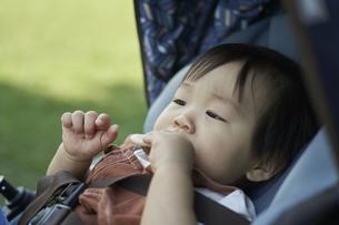 ベビーカーに乗るかわいい日本人の赤ちゃんの写真素材 [FYI04764135]